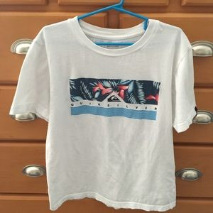 Boys quiksilver tee size medium    No stains